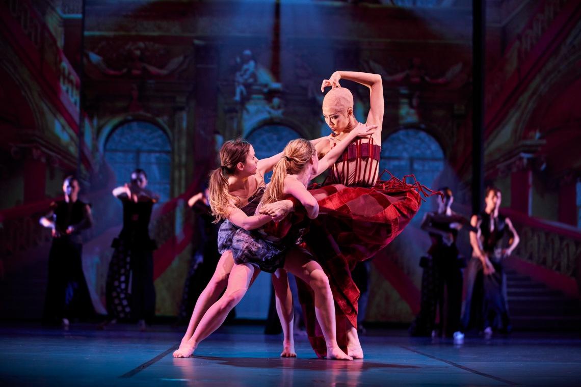 Ballett-Dortmund_ALICE_Manon-Kolanowski_Ida-Kallanvaara_Sae-Tamura_Foto-Björn-Hickmann